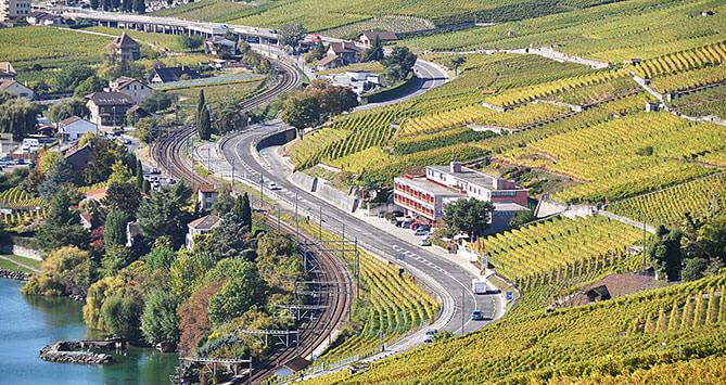 Route cantonale entre Lausanne et Vevey. A Cully