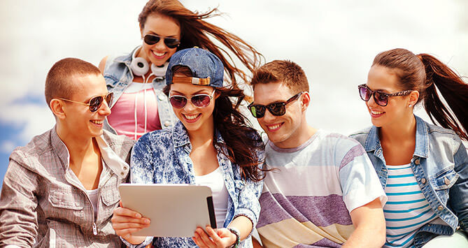 Jeunes avec une tablette